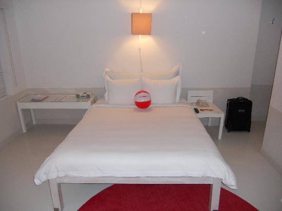 Townhouse Hotel: bed