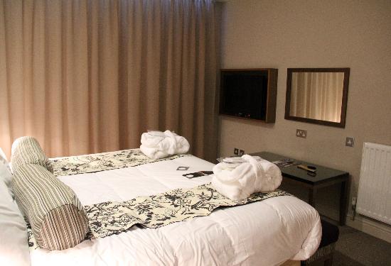 Interior design bedroom no windows paint color for small for Small bedroom no windows