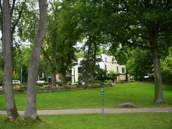Relais & Chateaux Hotel Burg Schwarzenstein: grounds to park residence