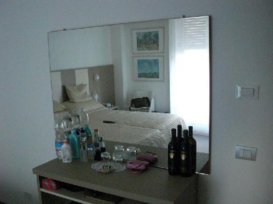 Hotel Ariston: Spiegel und Tisch, Zimmer 2