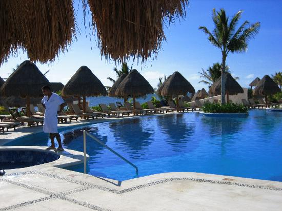 Excellence Playa Mujeres: View of pool and beach