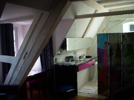 B. Espace Suites : Bathroom