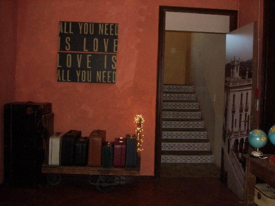 Aiguaclara Hotel: Inkom en trap naar kamers