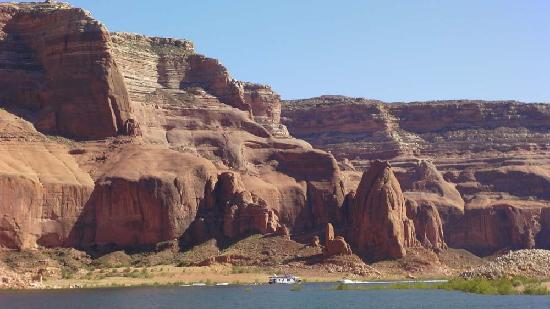 Lake Powell Resort: The scale of the rocks