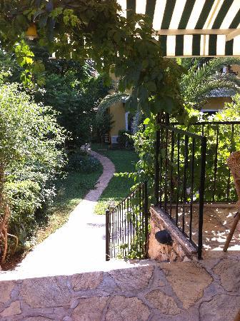 Meldi Hotel: gardens