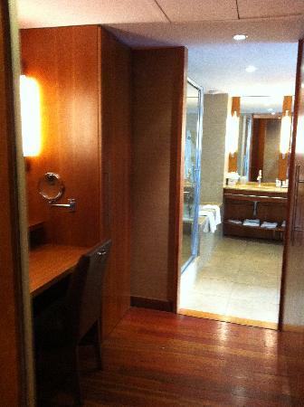 le dressing avec la salle de bain dans le fond - Photo de ...