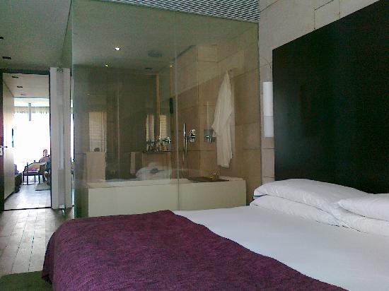 Mamilla Hotel: A switch by the sink turn the glass opaque