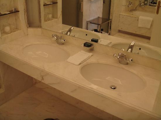 La salle de bain tout en marbre photo de le bristol for Salle de bain paris 11