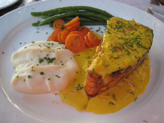 Cuq en Terrasses: Salmon with saffron sauce and seasonal vegetables