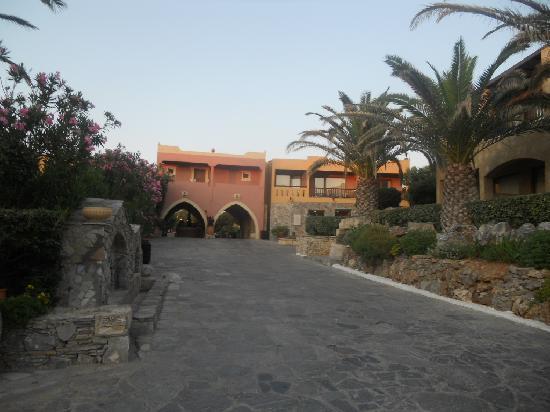 Aquila Rithymna Beach Hotel: Hotel grounds