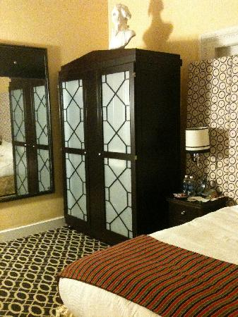 Kimpton Hotel Monaco Washington DC: Bed and Armoire