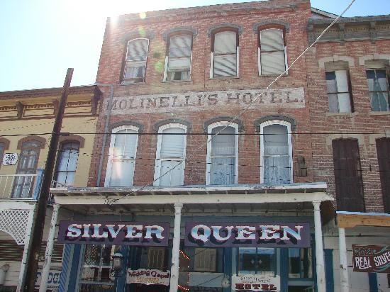 Silver Queen Hotel : our room has open windows
