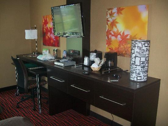 Holiday Inn Colorado Springs Airport: New tables and tv