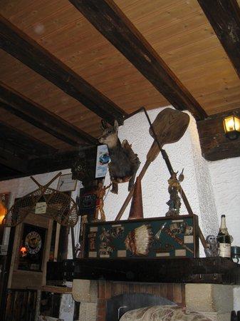 Auberge de la Feuille d'Erable: The small lounge area's decor