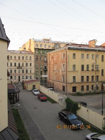 The Brothers Karamazov Hotel: vue depuis notre chambre en periode de nuit blanche
