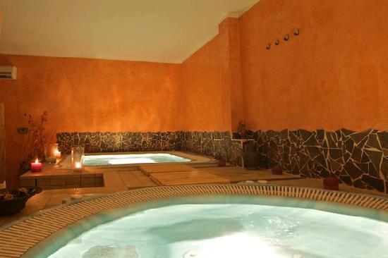 La spa con sauna bagno turco e vasche idromassaggio foto di borgo