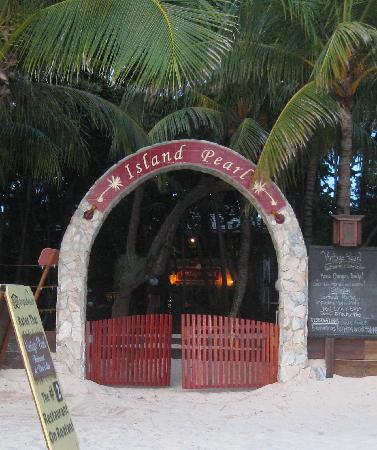 Island Pearl: the entrance from the beach