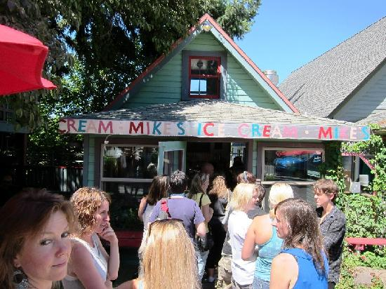 Mike's Ice Cream: Waiting in line for a huckleberry shake.