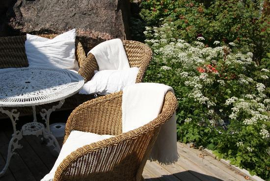Strandflickornas Havshotell: Chairs in the garden.