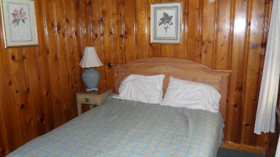 Copper Kettle Motel Cottages: Room pic 3