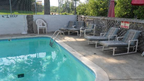 Copper Kettle Motel Cottages: Pool area