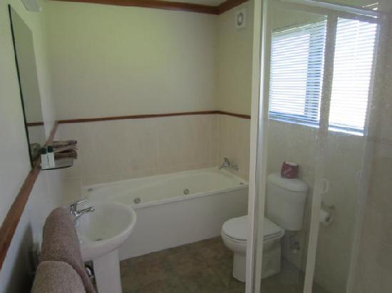 Waikene Lodge: Ensuite bathroom with spa bath
