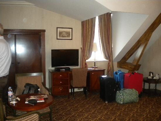 Hotel d'Aubusson: desk, wardrobe