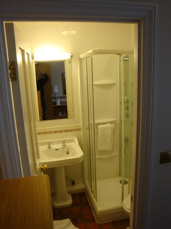 Weetwood Hall Hotel: Shower in a cupboard