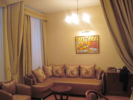 Comfort Hotel: Seating area in the deluxe room
