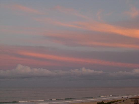 Cape Winds Resort: Amazing sunsets - reflecting from the clouds
