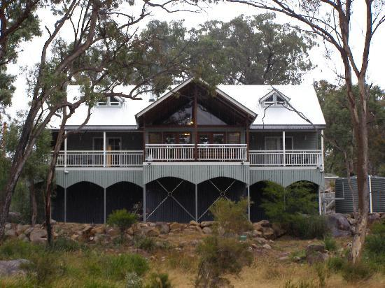Diamondvale Cottages : Back of Lodge - decks all around.