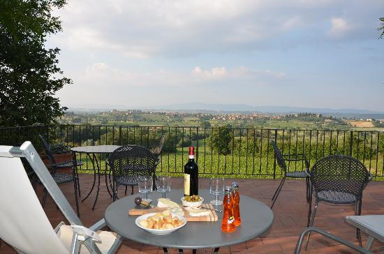 La Casa delle Querce: View of the countryside from the patio, perfect for afternoon drinkies