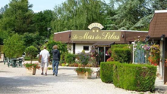 Hotel Le Mas des Lilas : Front of the hotel, taken from parking lot