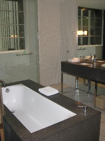 Establishment Hotel: Lovely bath