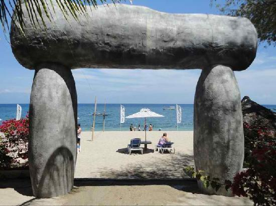 Blue Coral Beach Resort: marker by the beach