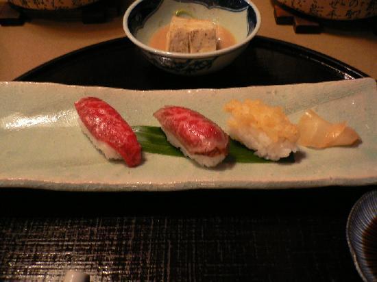 โฮเต็ลแอซโซเซีย ทาคายาม่า รีสอร์ท: 飛騨牛寿司