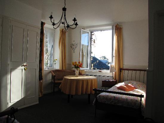 La Maison De La Fontaine: La chambre Caramel, ouvertures côtés sud et ouest