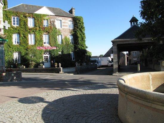 La Maison De La Fontaine: La maison, la fontaine, la halle, jour