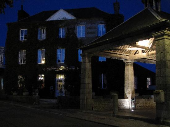 La Maison De La Fontaine : La maison, la fontaine, la halle, nuit