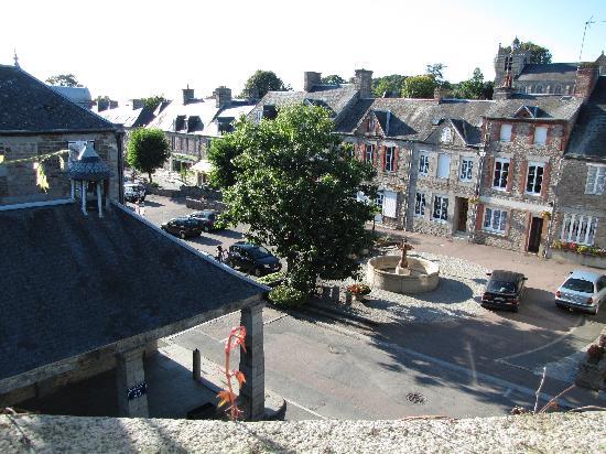 La Maison De La Fontaine: Vue de la place depuis la chambre Caramel