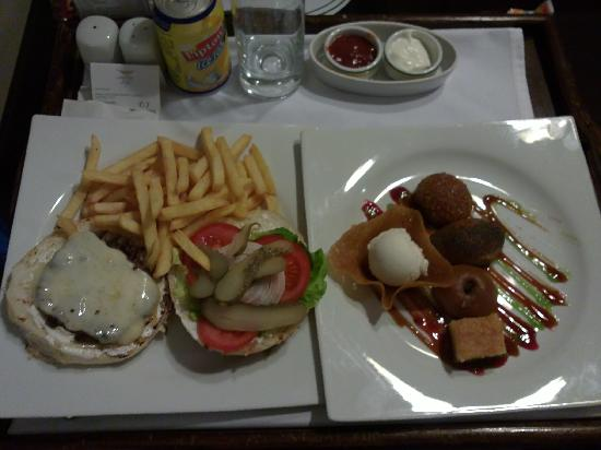 LaresPark Hotel: Yummi Burgers - Room service