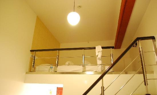 เซี่ยงไฮ้ บลูเมาเท่น บันด์ ยูธ โฮสเทล: Delux room, kingsize bed is upstairs