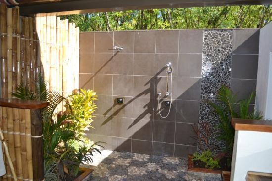 Blue Lagoon Beach Resort: Sexy outdoor double shower (Palm Villa)