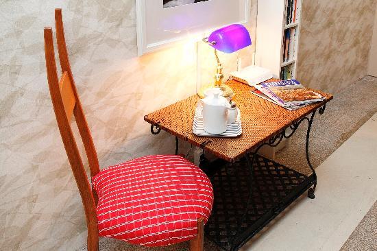 Portus House Istanbul: BooksFloor