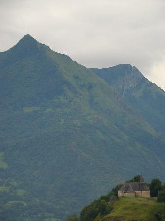 Les Rochers Hotel: vue de la chapelle depuis la chambre 3