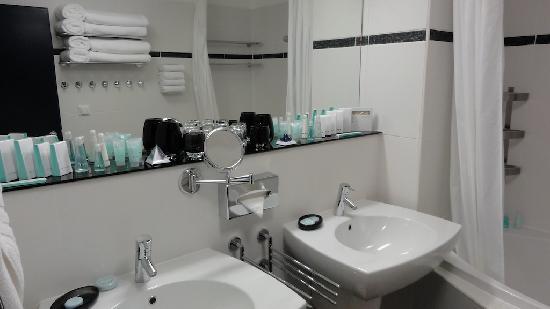 Hotel Savoy: Bathroom with plenty of cosmetics