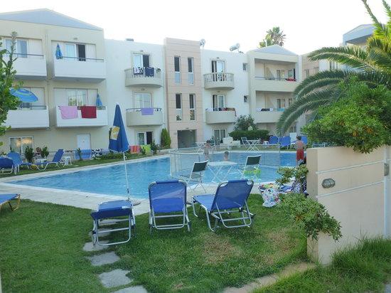 Melina Beach Hotel: bassengområdet
