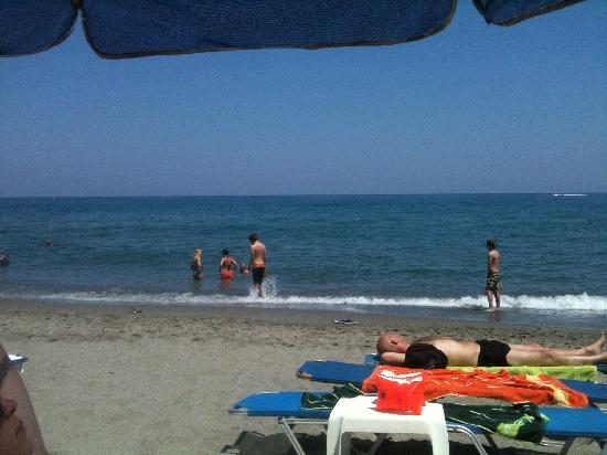 Melina Beach Hotel: Stranden ved hotellet