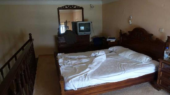 Delfini Hotel: Front room with double bed old mattress