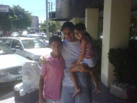 Santa Teresita, Argentinien: LOS TRES EN LA PUERTA DE HOTEL